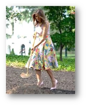 Melania Trump, cavando en el jardín de White House con unos stilettos de 12 cms. Guau ¡